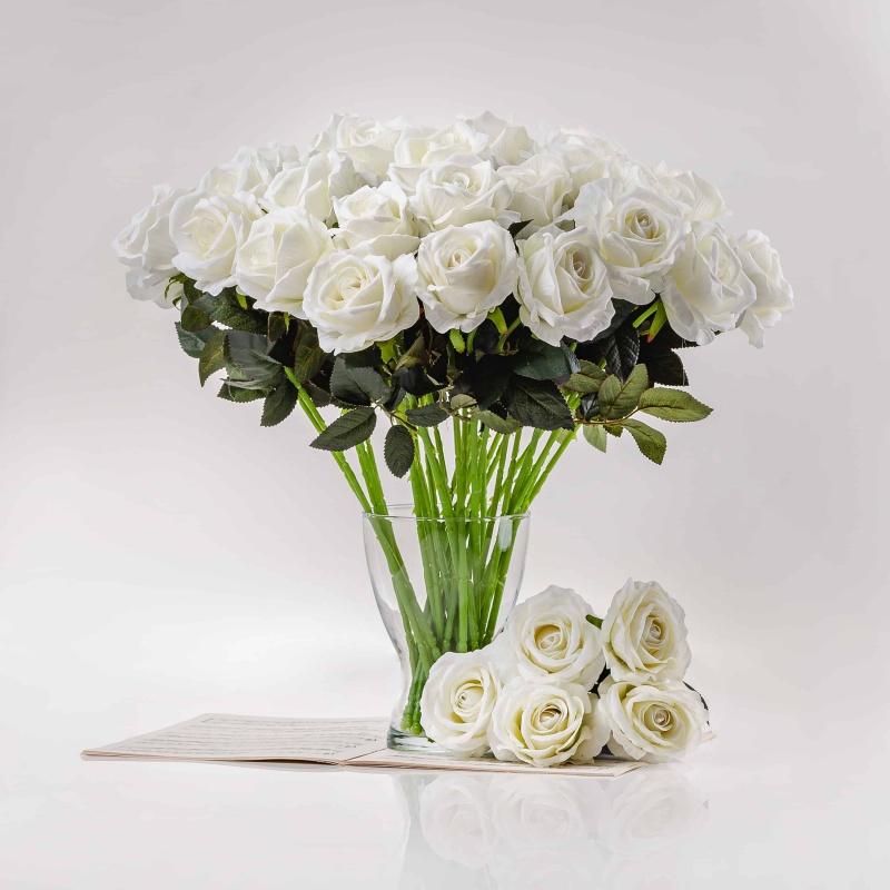 Umělá sametová růže ŽANETA bílá. Cena uvedena za 1 kus.