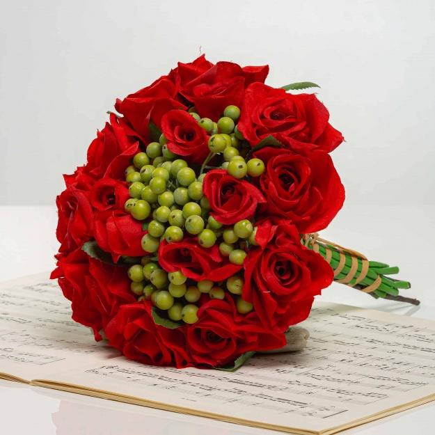 Kytička z ruží s bobuľami NORA červená