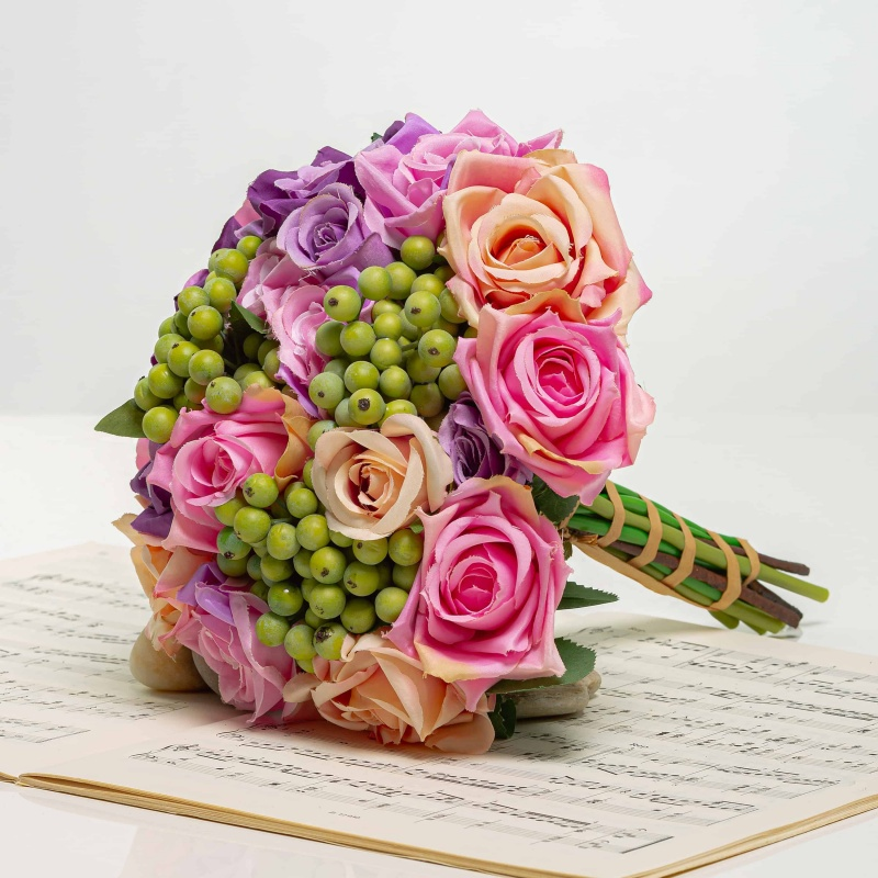 Bouquet of roses with berriesi NORA