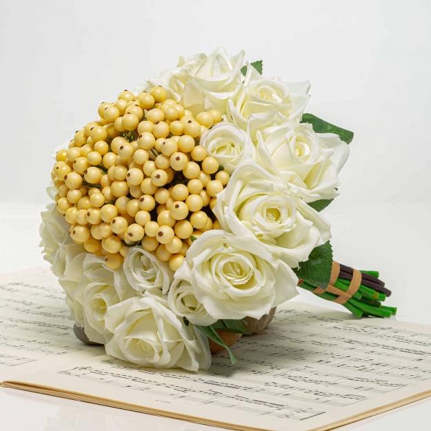 Kytička z ruží s bobuľami NINA biela