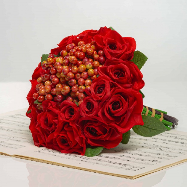 Kytička z růží s bobulemi NINA červená