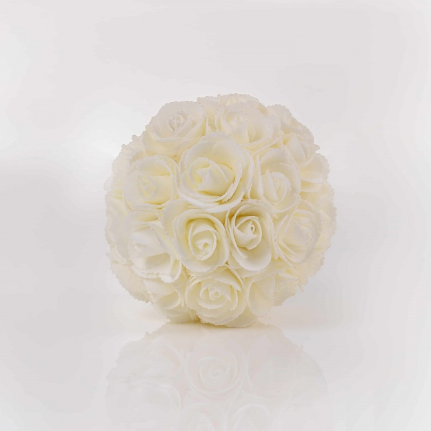 Dekoračná guľa z ruží LINDA, biela. Cena uvedená za 1 kus.